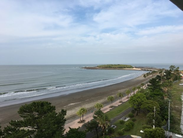 部屋の窓から見えた海と青島